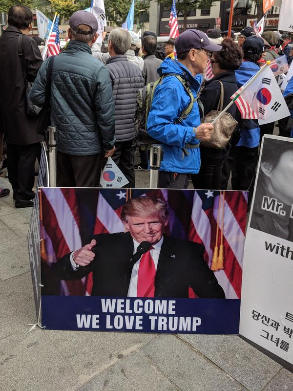 Conservative South Koreans demonstrate support for the U.S. president as he arrives to speak at the general assembly early Wednesday.