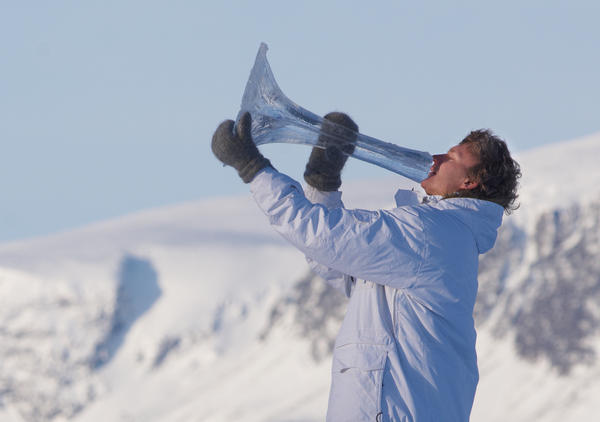 Terje Isungset playing a horn made of ice