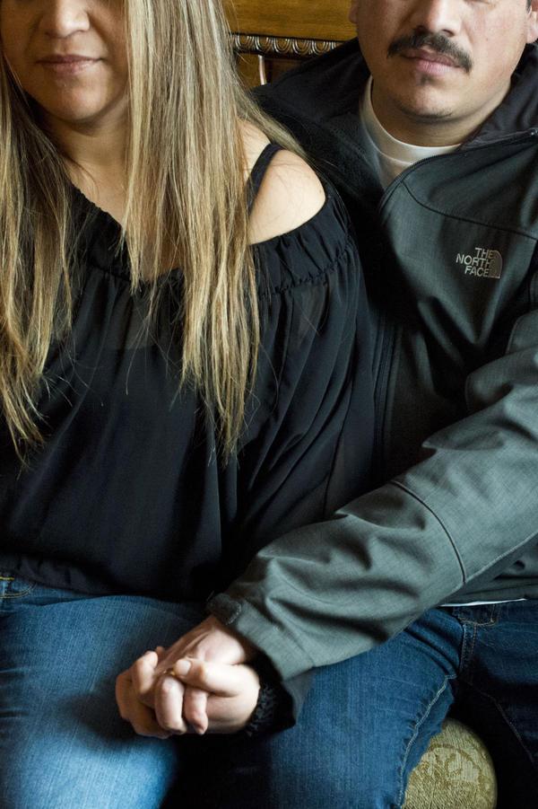 Manuel y su esposa tomados de la mano. Cruzó la frontera por primera vez en 1995, tras recibir amenazas por parte de los familiares de V porque no aprobaban su relación.