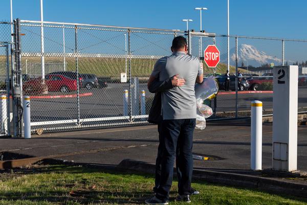 Un amigo abraza a Manuel fuera del centro de detención, el día en que fue puesto en libertad. Tener una abogada le ayudó a evitar su deportación.