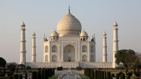 Visitors may gaze in awe at the Taj Mahal, but only for three hours, according to a new rule.