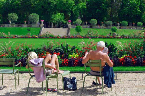 A couple relaxes at Le Jardin du Luxembourg, Paris, France. (Marie-Sophie Tékian/Unsplash)