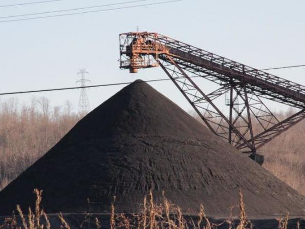 Coal stockpiled at a power plant. A draft plan circulating in Washington would require power grid operators to buy electricity from struggling coal plants over the next two years to prevent them from shutting down.