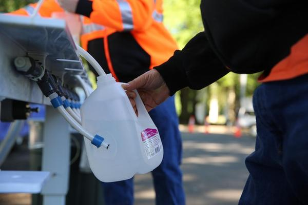 <p>Water stations around Salem, like this one at Wallace Marine Park, are distributing water from nearby Keizer.</p>