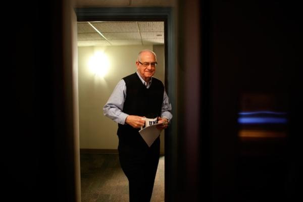 Kasell enters the studio to read the final newscast of his career. A veteran broadcaster, his news career spanned more than 50 years.