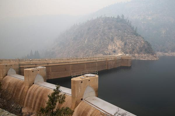 Smoke from a wildfire lingers over the O'Shaughnessy Dam at Hetch Hetchy Reservoir in Yosemite National Park, Calif. (Justin Sullivan/Getty Images)