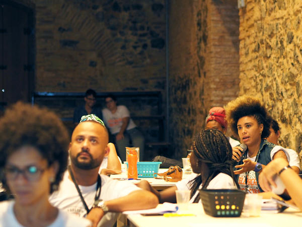 Lívia Suarez asks a question during Dendê Valley's business boot camp for startups.