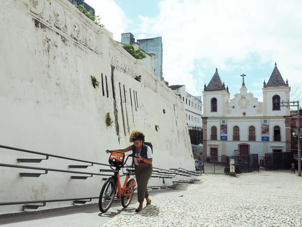 Lívia Suarez, who runs La Frida Bike, arrives at the Dendê Valley boot camp for entrepreneurs in Salvador's city center.