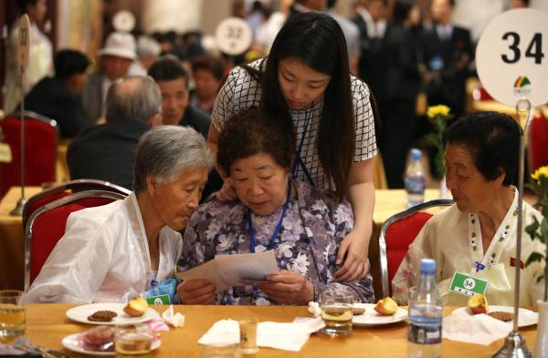 South Korean Bae Soon-hee, 82, (center) talks with her North Korean sisters Bae Soon Bok, 87, (left) and Bae Soon Young, 75. On Monday, dozens of elderly and frail South Koreans met their Northern relatives for the first time since the peninsula and their families were divided by war nearly seven decades ago.