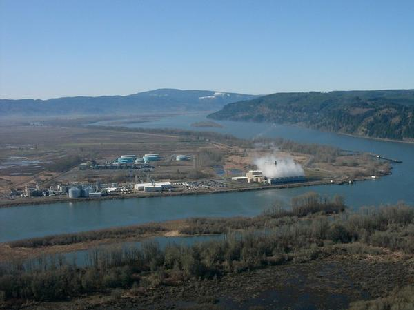 <p>PGE's natural gas fired electricity plant on the Columbia River near Clatskanie, Oregon.</p>