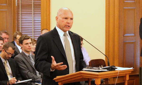Kansas Department of Health and Environment Secretary Jeff Andersen explains a KanCare contract extension to lawmakers.