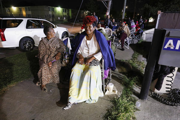 Aretha Franklin fans line up outside Greater Grace Temple at 2:30 a.m., hoping to be one of the thousand members of the general public allowed in to the singer's funeral.