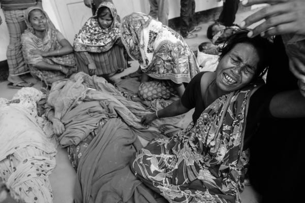 A woman mourns over a relative who died in the Rana Plaza building collapse, in Savar, Bangladesh, April 24, 2013.