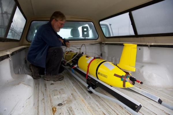 <p>Scientists carefully carry the glider out to the research vessel.</p>