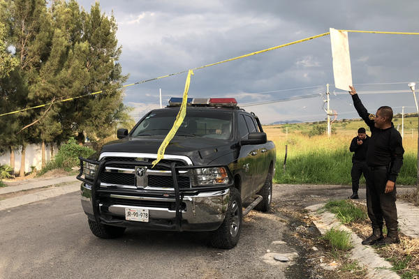 Police at the site of a clandestine narco grave in the Robles neighborhood on the outskirts of Guadalajara last week.