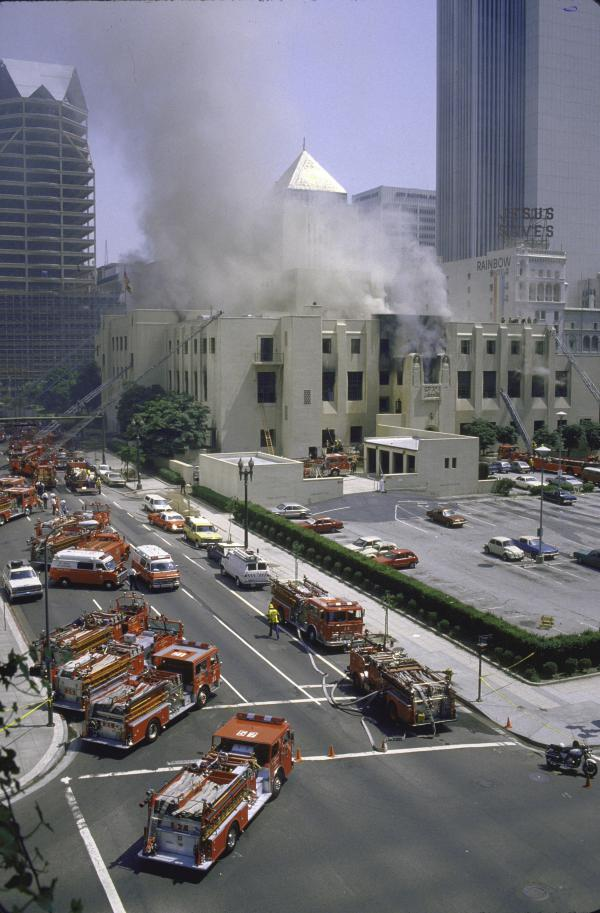 Smoke engulfs the Los Angeles Public Library on April 29, 1986. Susan Orlean tells the story of the fire in <em>The Library Book.</em>
