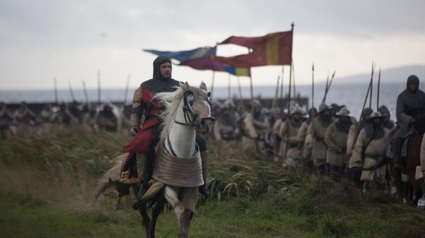 Robert the Bruce (Chris Pine) surveys his phalanx in <em>Outlaw King</em>.