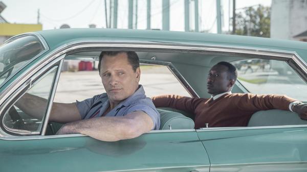 Tony (Viggo Mortensen) drives Don (Mahershala Ali) through <em>Green Book</em>'s cursory reading of interracial tensions.