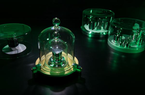 The U.S. National Institute of Standards and Technology in Maryland has its own copy of Le Grand K — a platinum-iridium kilogram known as K92. In the background are stainless-steel kilogram masses.