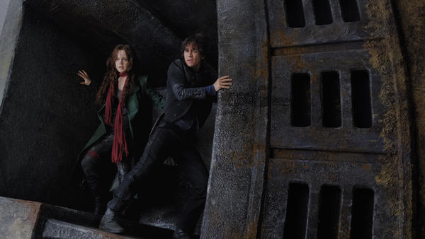 Hester (Hera Hilmar) and Tom (Robert Sheehan) conspire to throw a monkey wrench into the works in <em>Mortal Engines</em>.
