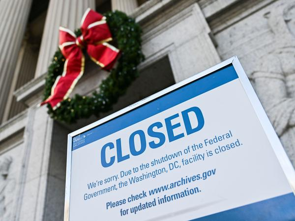 a sign outside the national archives in washington dc informs visitors on dec 22