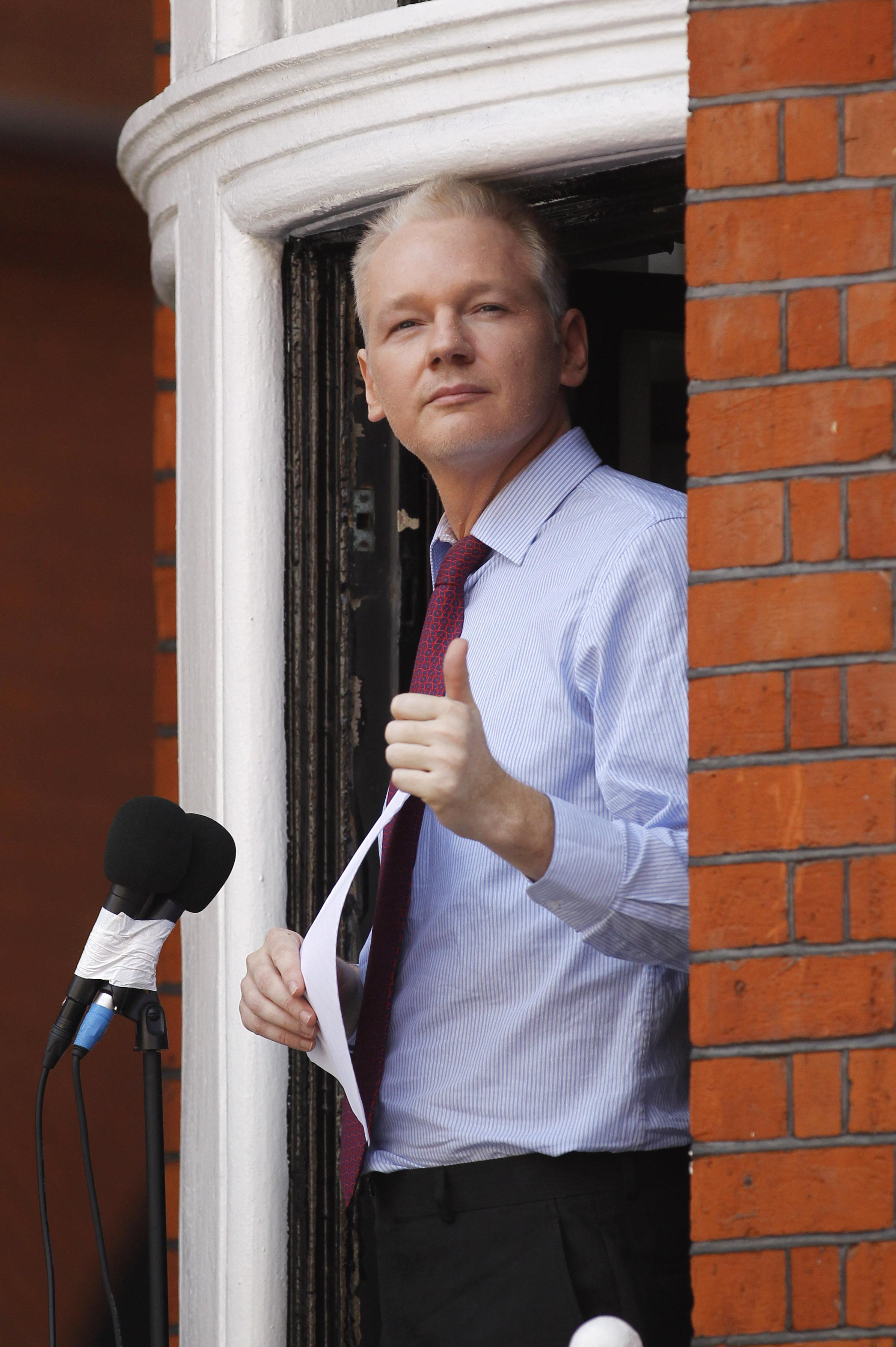 Wikileaks 39 assange speaks from ecuadoran embassy new for Julian balcony