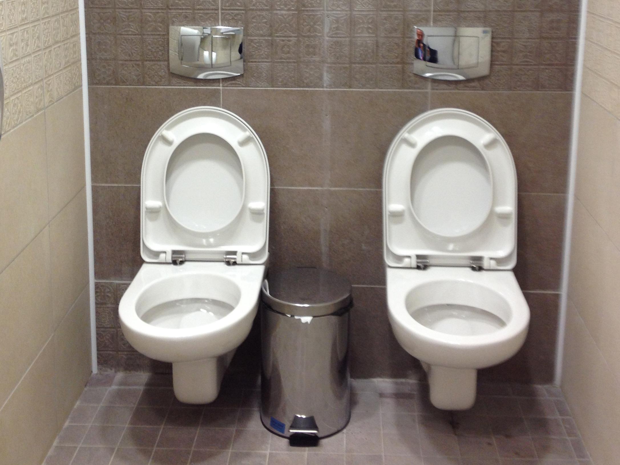 Шпионим в туалете 20 фотография