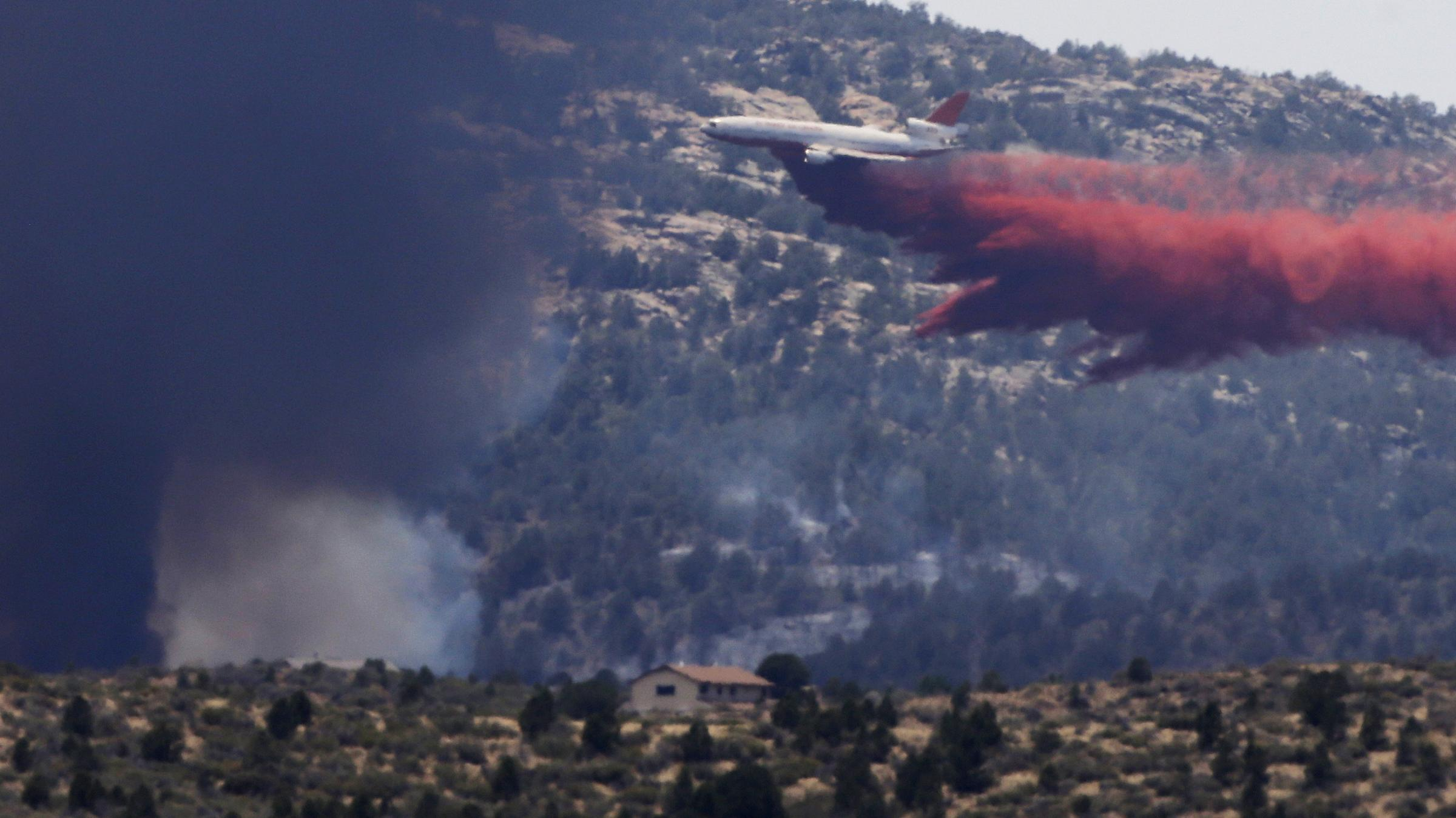 aerial firefighting Wildfire suppression using air tankers at-802f fireboss amphibious air tractor 802 fire boss en tareas de extinción de incendios forestales aviões air tracto.