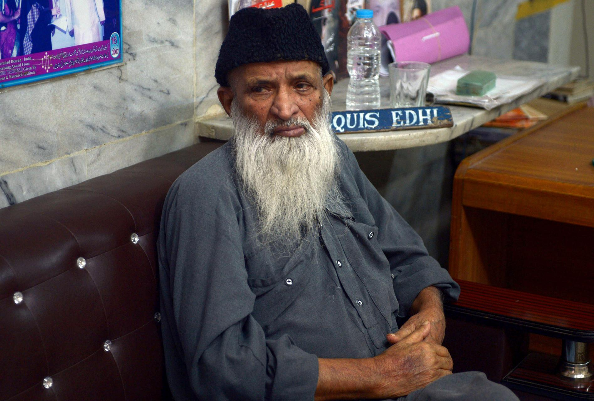 abdul sattar edhi report Armed men point pistol at abdul sattar edhi to get keys of lockers for gold and cash.