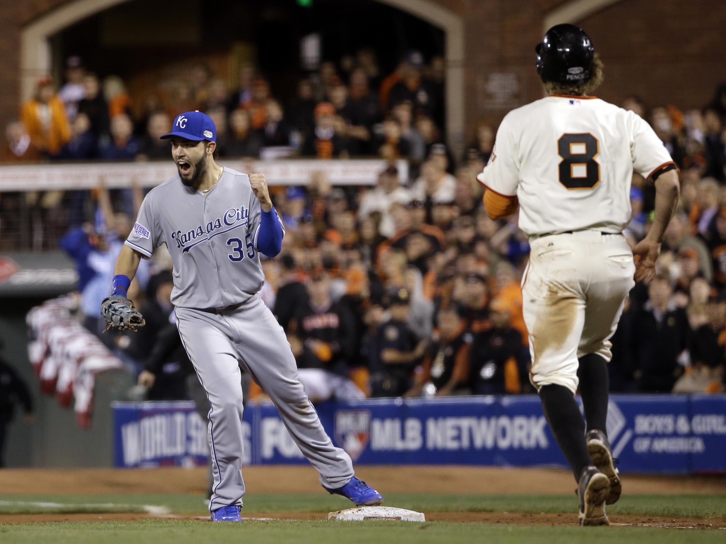 Royals Hang On For 3 2 Win To Take Lead In World Series Kawc