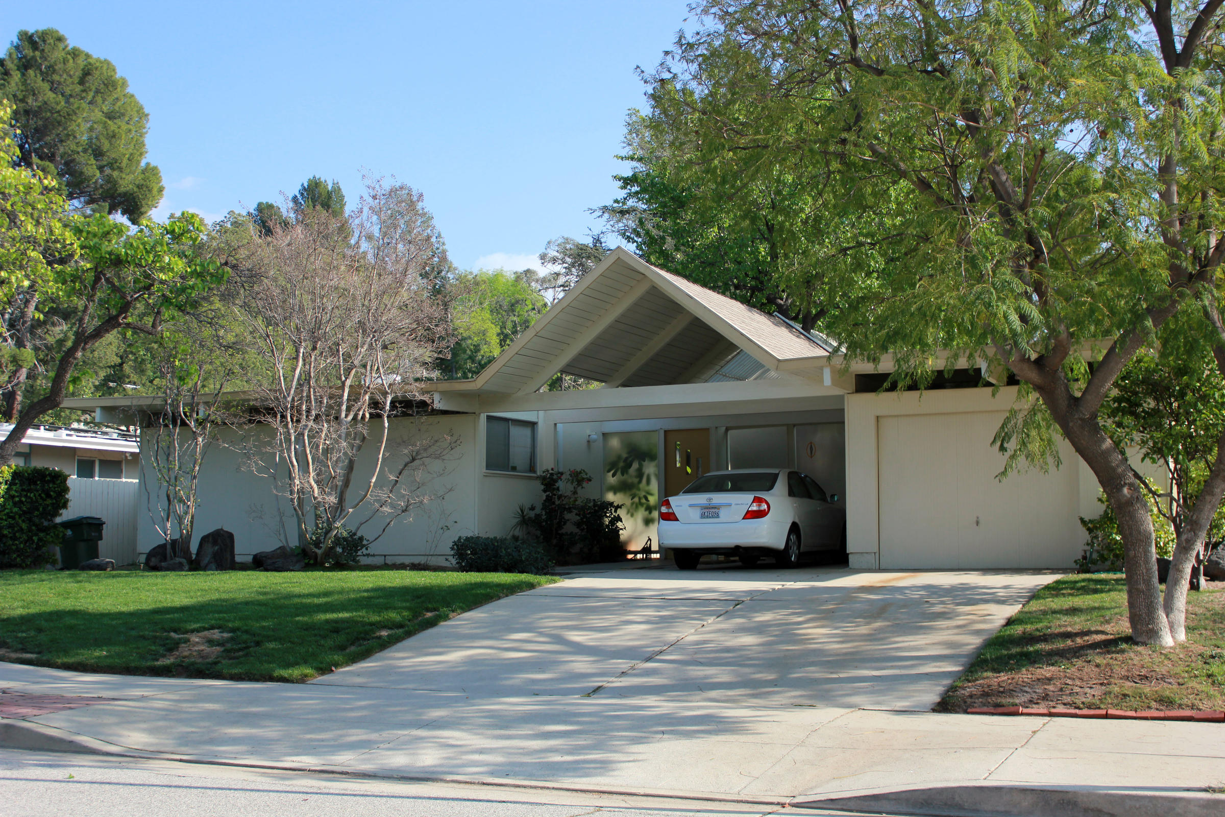 with sunny, modern homes, joseph eichler built the suburbs in