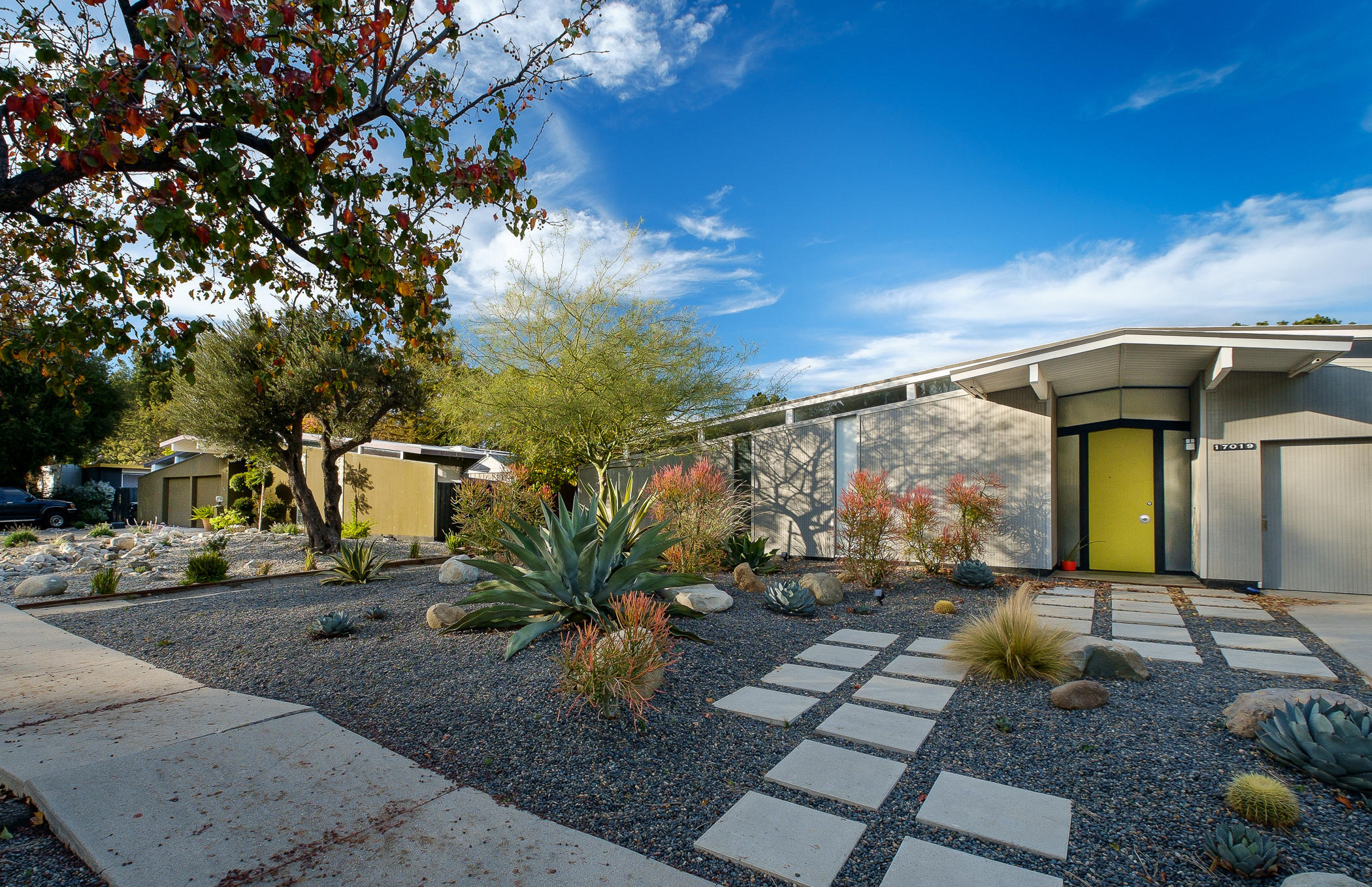 With sunny modern homes joseph eichler built the suburbs for Eichler designs