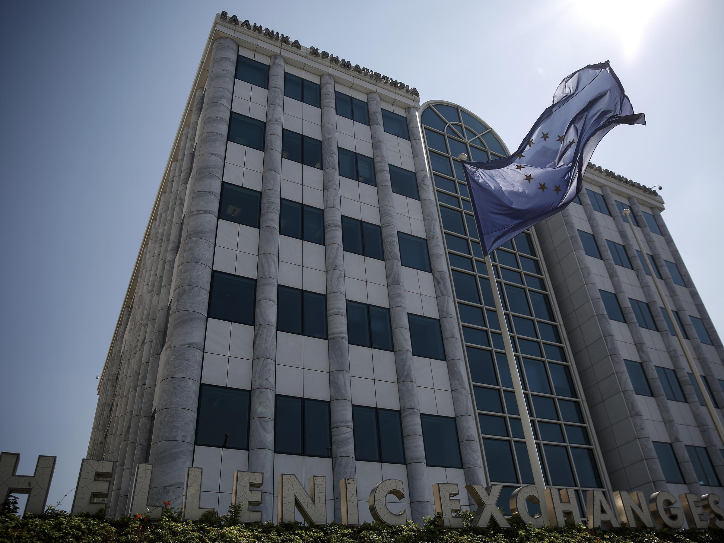 Знамето на ЕС се вее пред сградата на борсата в Атина