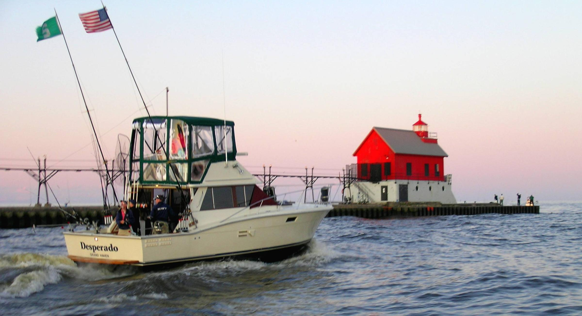 Keeping pacific salmon in lake michigan interlochen for Grand haven fishing report