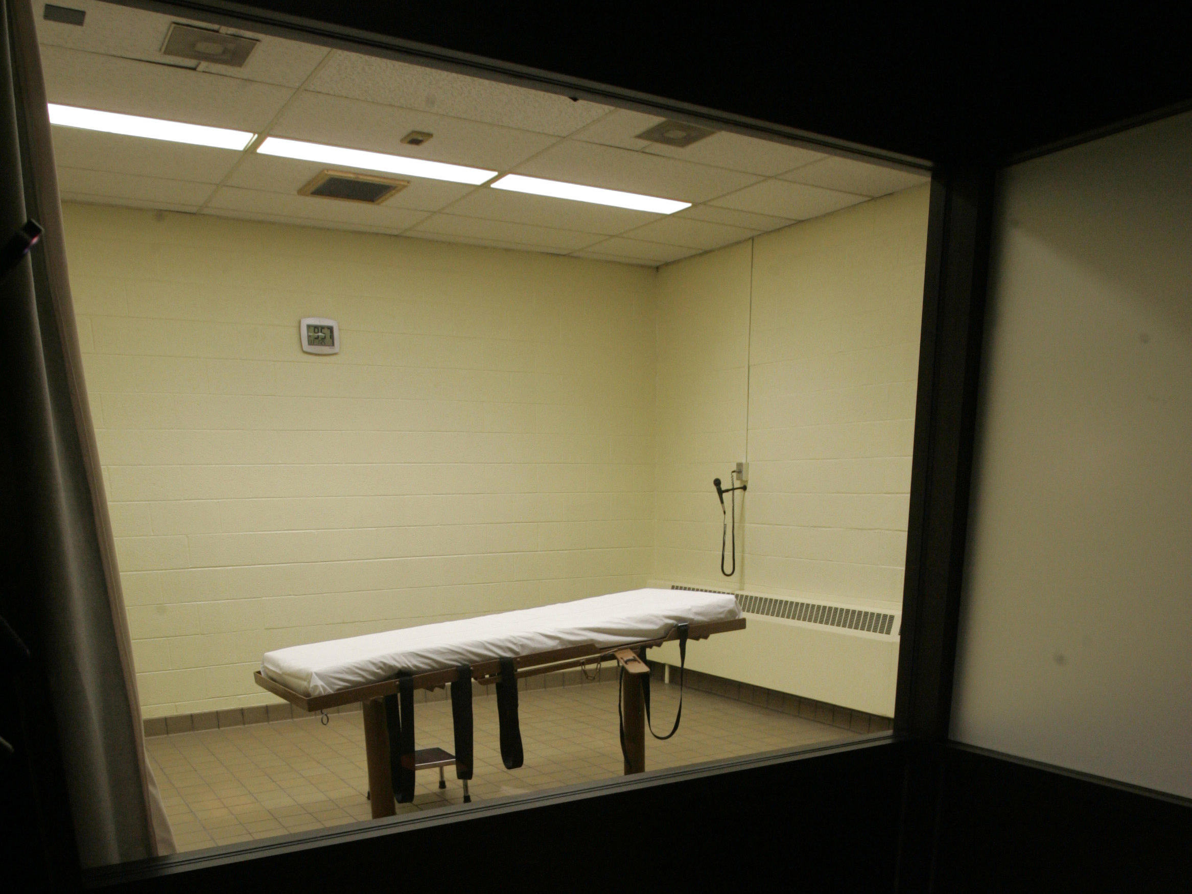 Federal judge rejects Ohio's new lethal injection process, stays executions
