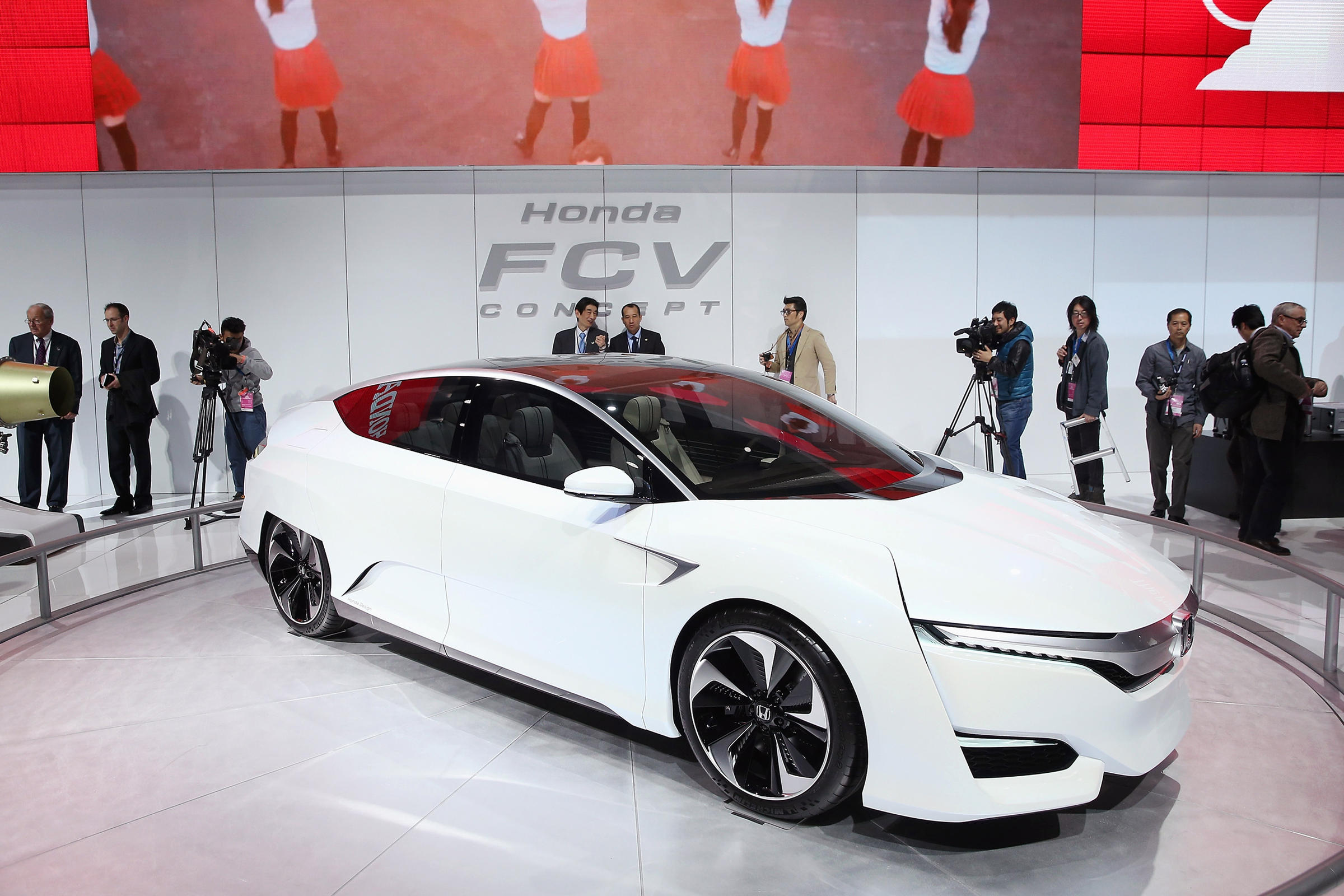 Superbe Guests Look Over The Honda FCV Fuel Cell Powered Concept Car During The  Media Preview.
