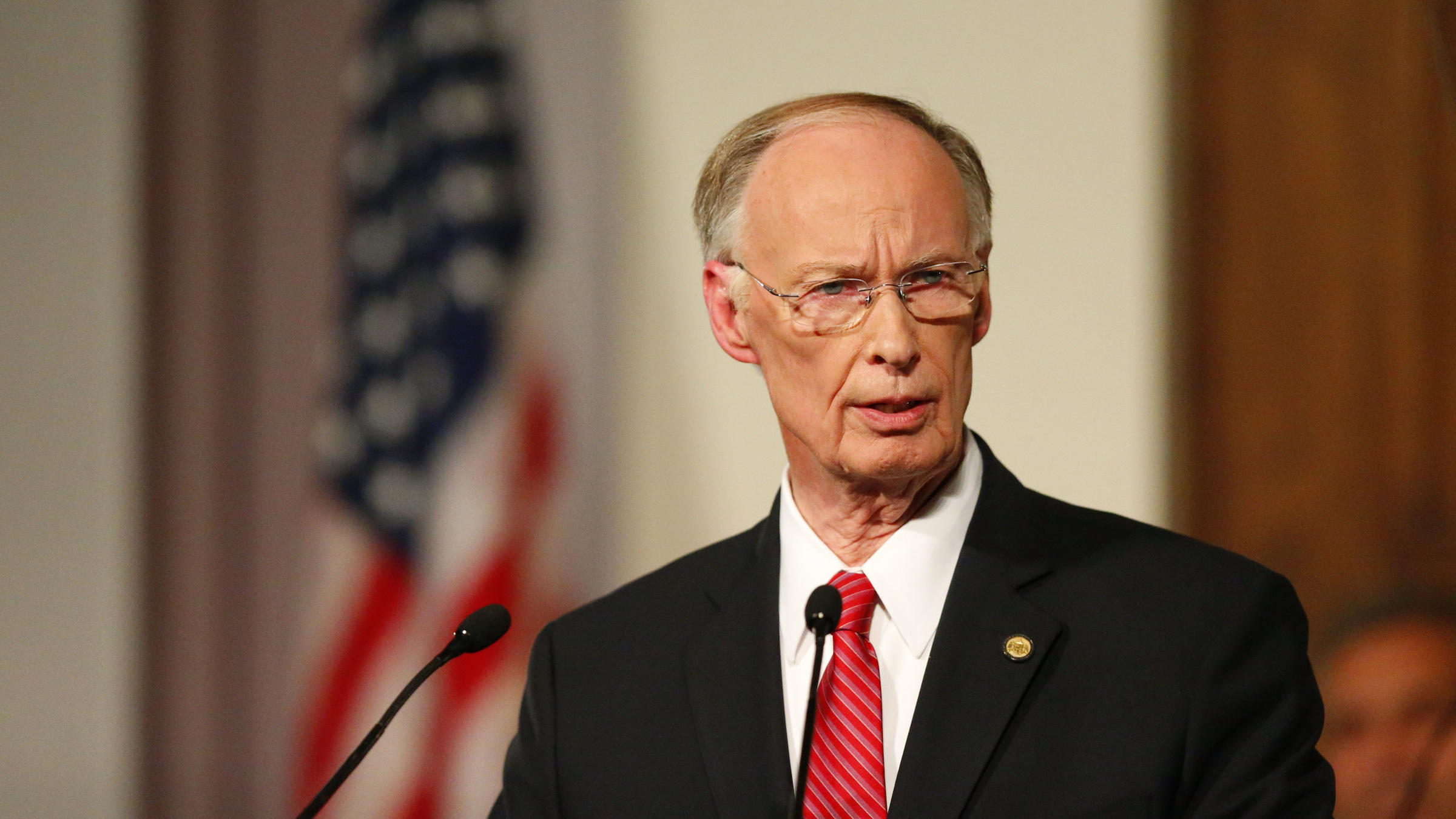 Alabama governor vows to stay in office despite scandal