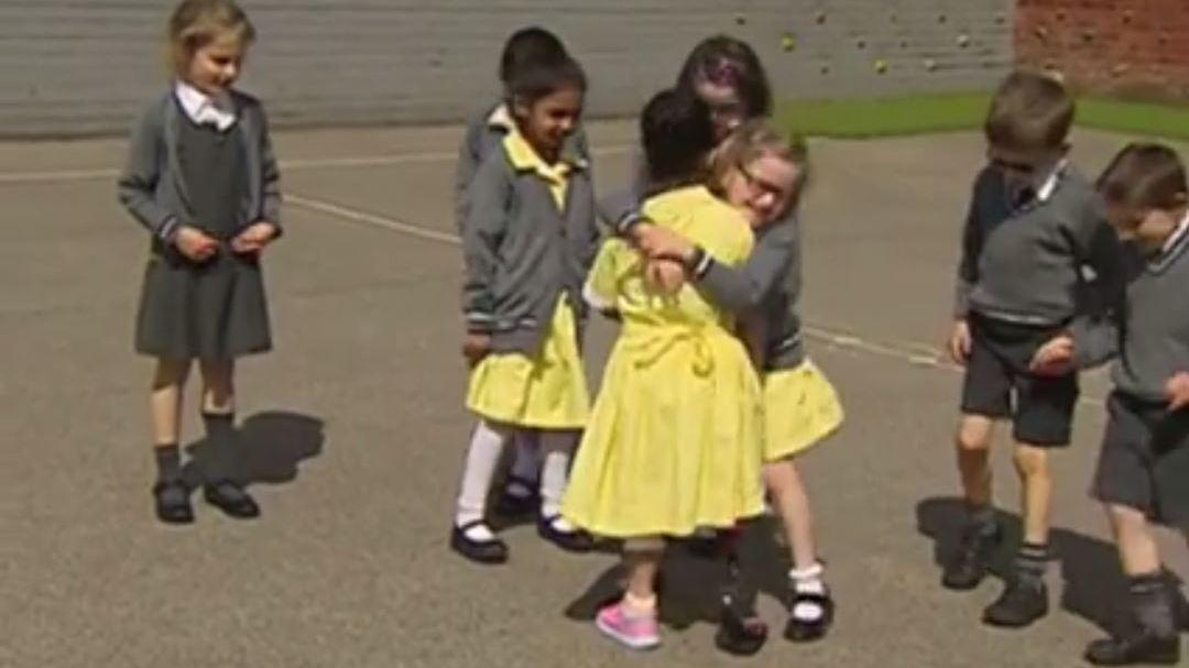 Schoolgirl shows friends new prosthetic leg for first time in heartwarming moment
