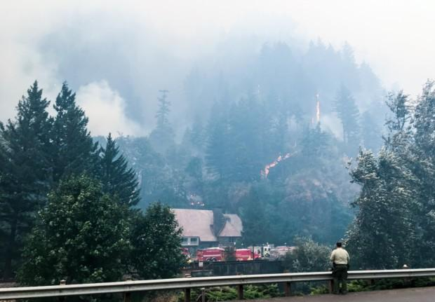 More than 150 hikers trapped as Eagle Creek Trail fire burns