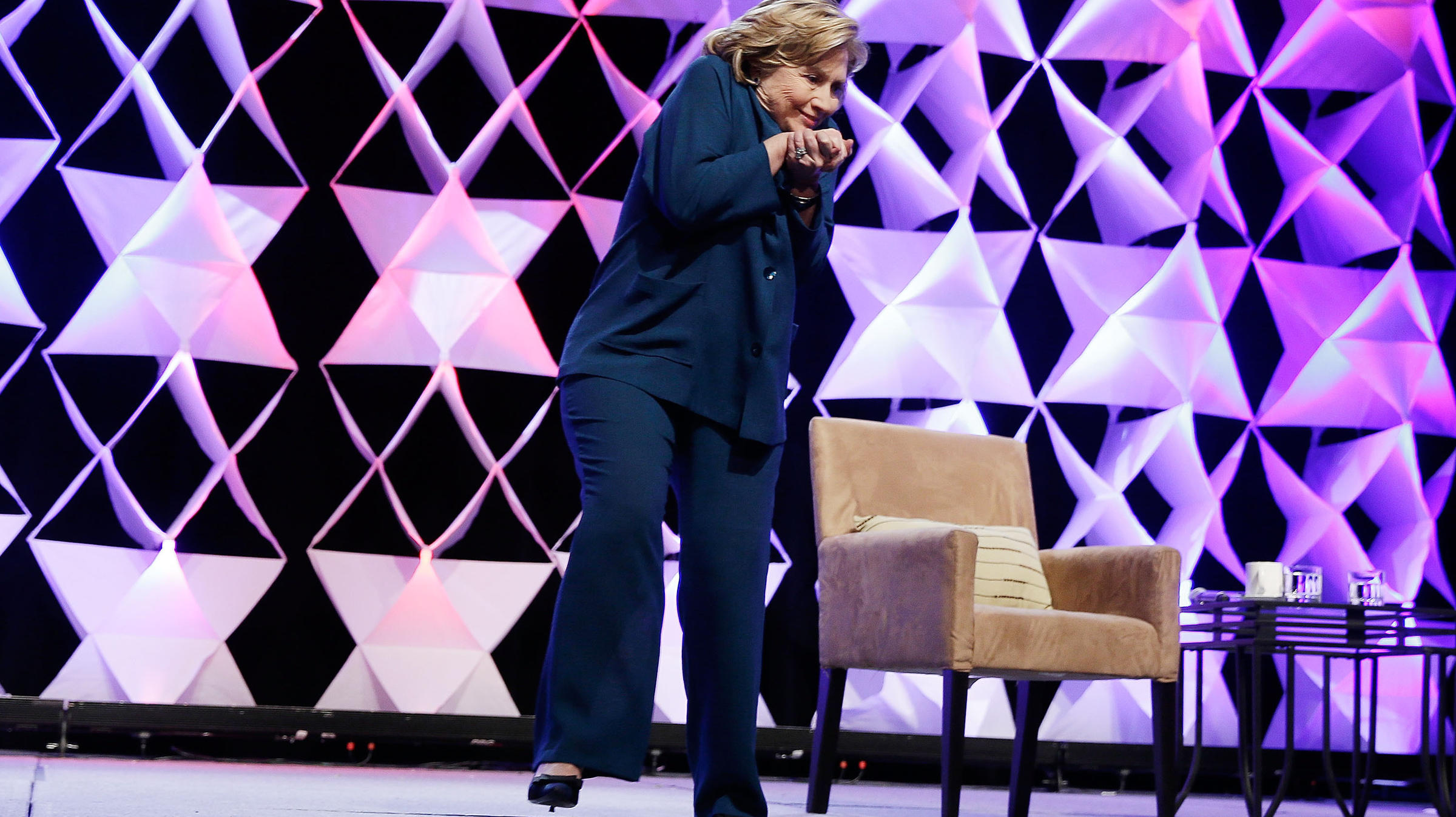 Video Woman Throws Shoe At Hillary Clinton No Harm Done Wvxu