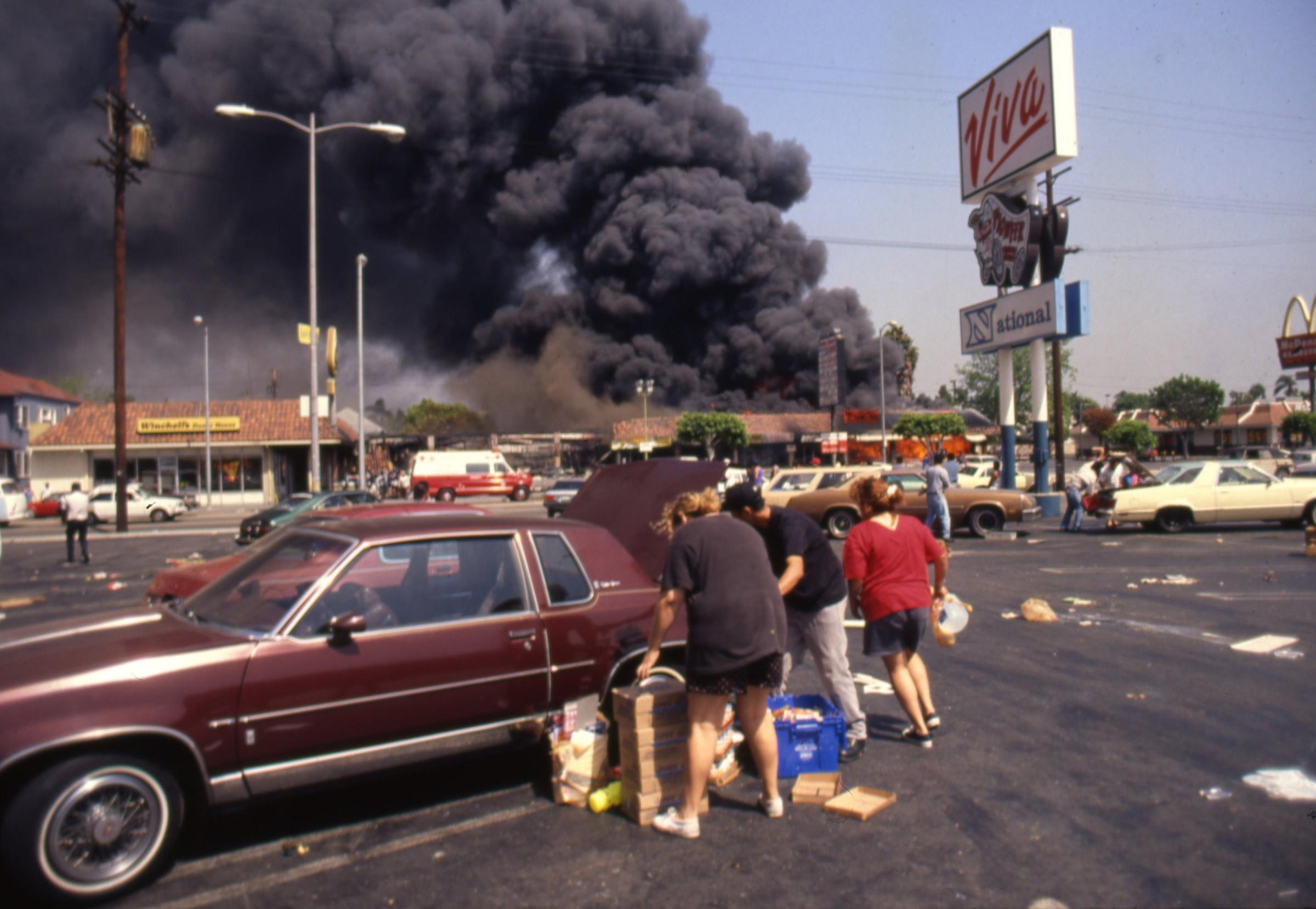 an analysis of the rodney king case and the los angeles riot in 1992 Rodney king was released without charges, and on march 15 sergeant stacey koon and officers powell, wind, and briseno were indicted by a los angeles grand jury in connection with the beating.