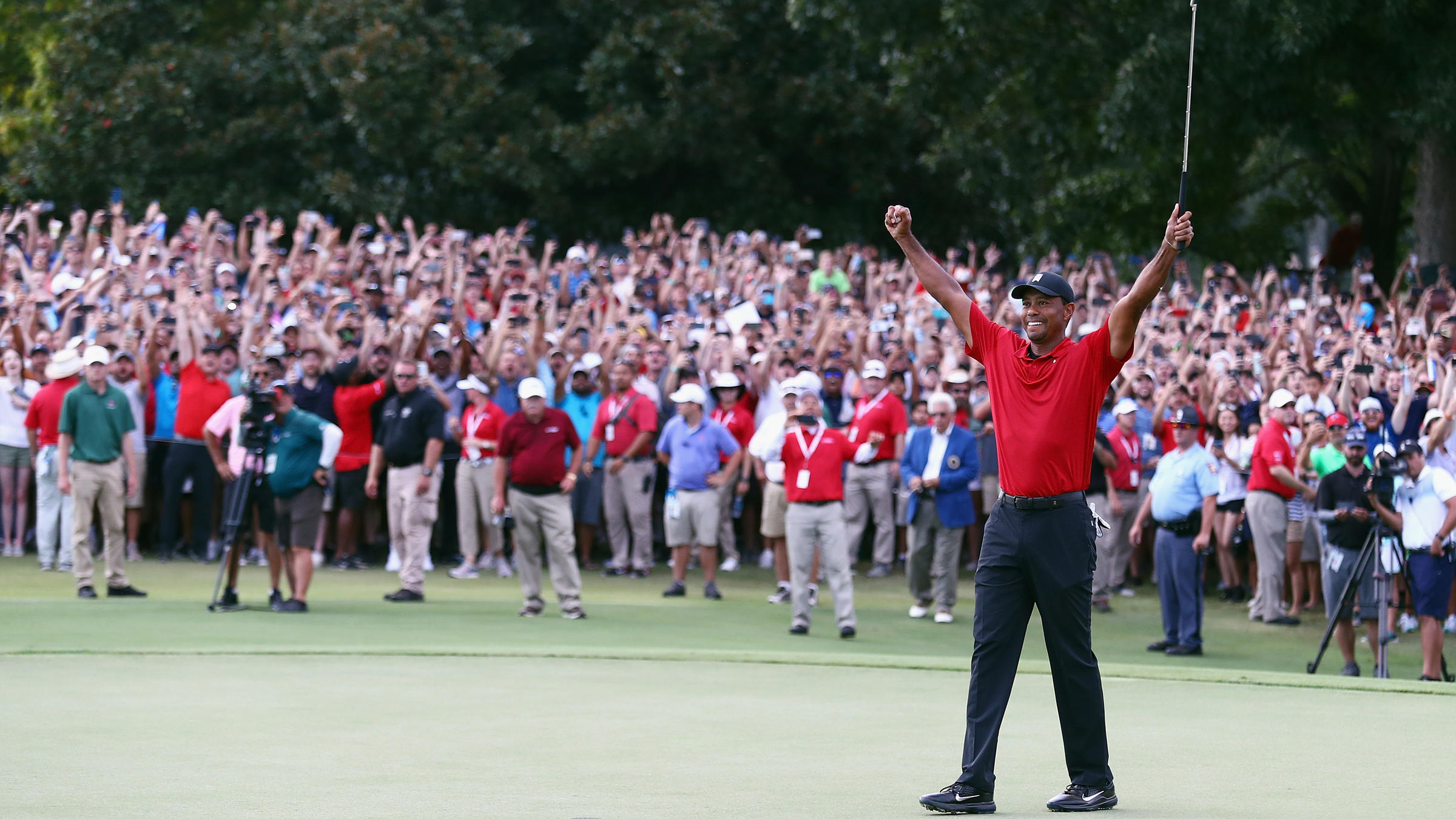 tiger woods wins first golf tournament since 4 back