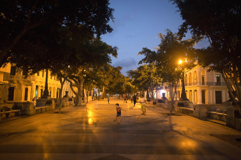 <p>A child plays at the Prado Boulevard in downtown Havana.</p>