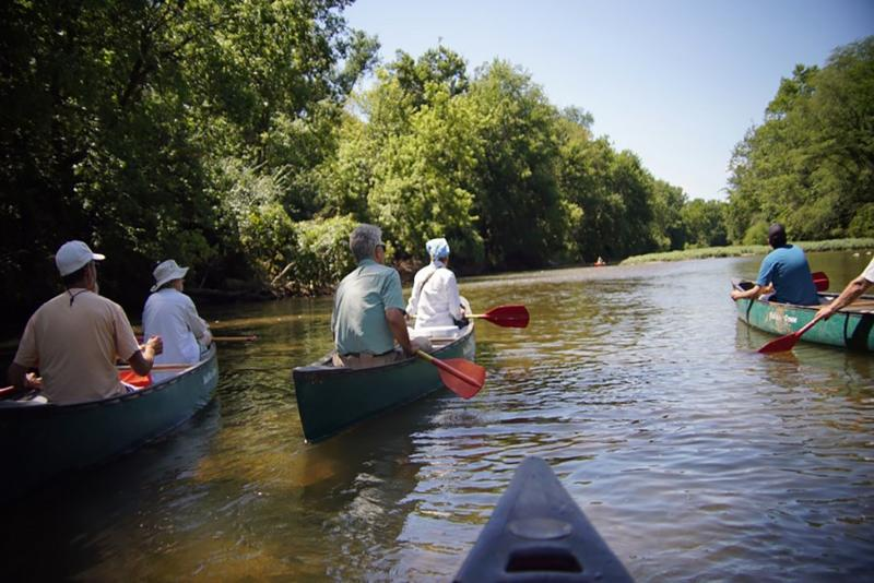 Hoosiers canoe down the White River (HEC)