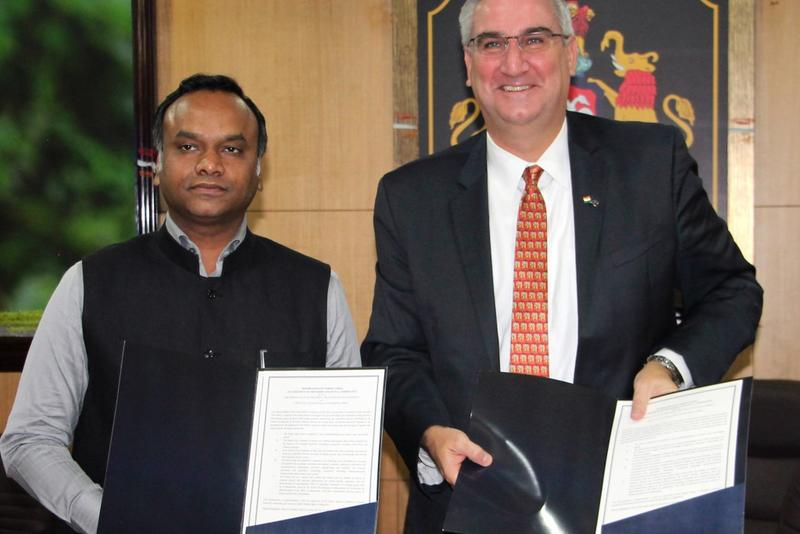 Gov. Eric Holcomb and Karnataka's Information Technology Minister Priyank Kharge sign a memorandum of understanding in Bangalore. (Photo courtesy of IEDC)