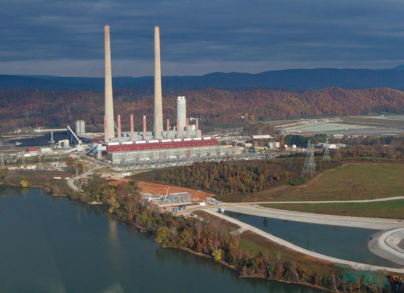 An unlined coal ash pond at the Kingston Fossil Plant, pictured here, released 5.4 million cubic yards of sludge into land nearby and the Emory River (Tennessee Valley Authority/Wikimedia Commons)