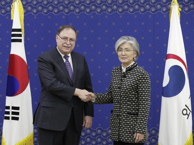 South Korean Foreign Minister Kang Kyung-wha (right) shakes hands with Timothy Betts, acting Deputy Assistant Secretary and Senior Advisor for Security Negotiations and Agreements in the U.S. Department of State (left) during their meeting on Feb. 10.