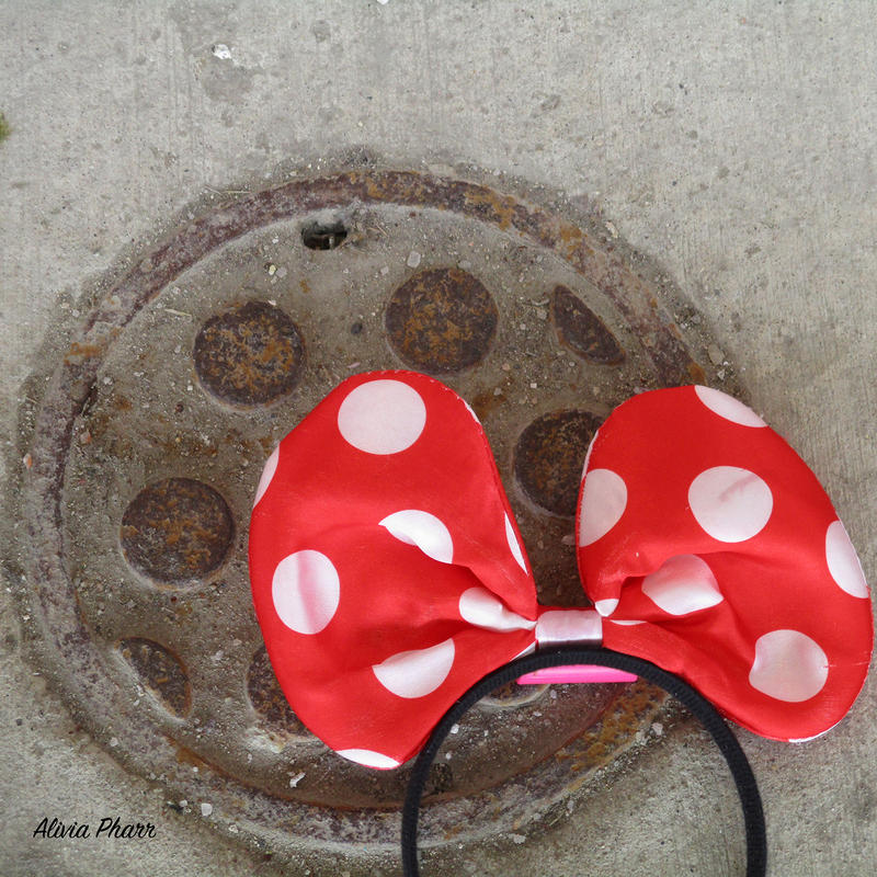 minnie mouse headband on ground