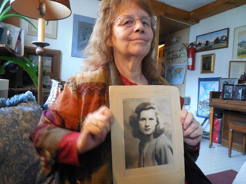 Ladybelle Fiske McFarlin with a photo of her late mother, Isabelle Fiske Calhoun.