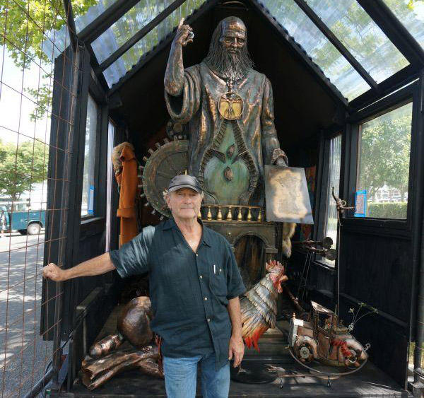 Dennis Sparling brought his 9-foot-tall Leonardo Da Vinci sculpture to Long Island, hoping to interest someone there in his Da Vinci project.